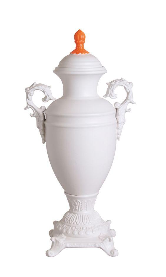 """""""Seletti'nin kraliyet saraylarının barok stilini yeniden yorumlayan bu opak beyaz vazo ve kaplar serisi, florasan sap ve kulplarıyla zamansız objelerin Post-modern bir yorumudurlar."""