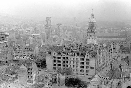 Blick auf die Stiftskirche und das Rathaus im zerstörten Stuttgart nach dem Ende des Zweiten Weltkriegs 1945.Foto: dpa