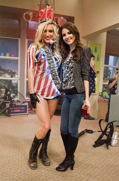 Pin By Lisa Martin On Nickelodeon Kesha Outfits Tv Characters Outfits Kesha