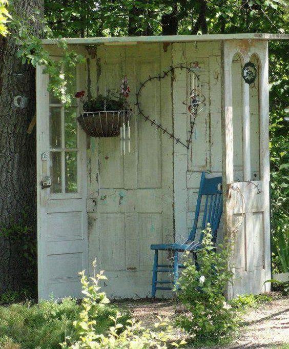 Id es de d co avec de vieilles portes un coin d tentes for Idee coin jardin