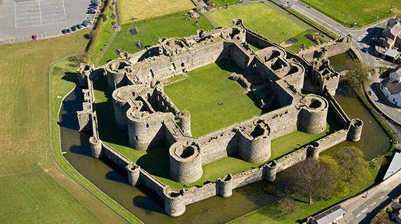 """Castillo de Beaumaris en la isla de Anglesey es la gran obra maestra inacabada. Fue construido como una de las """"anillo de hierro 'de Gales del Norte castillos por el monarca Inglés Eduardo I, para imponer su autoridad sobre los galeses. Pero nunca se terminó el dinero y materiales de construcción se agotó antes de las fortificaciones llegaron a su altura máxima. Beaumaris es, no obstante, una vista impresionante, considerado por muchos como el mejor de todos los grandes castillos de Edwardian en"""