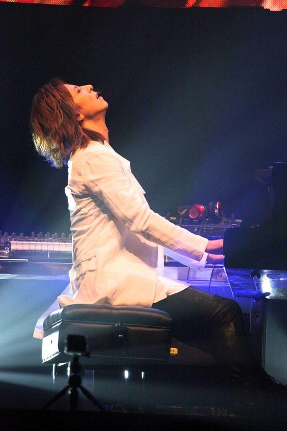 白いジャケットを着てピアノを弾いているXJAPAN・YOSHIKIの画像