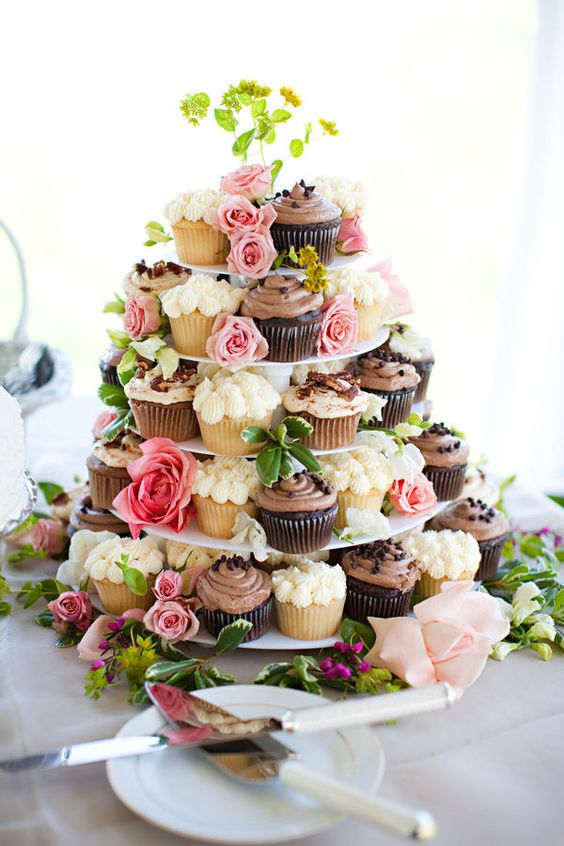 Trendy Wedding ♡ blog mariage • Dessert : une pièce montée de cupcakes http://www.luxuryweddingsinfrance.com