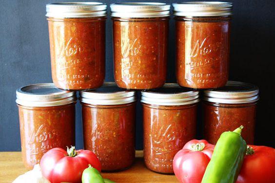 Les conserves de salsa sont une très bonne façon de conserver ses tomates fraîches du jardin et d'en profiter toute l'année… C'est super facile et ça fait une grosse recette