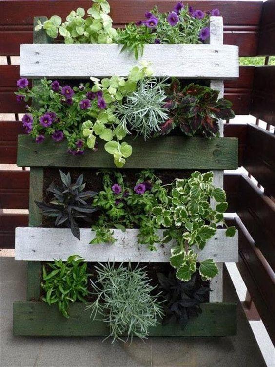 Jard n vertical con palets de madera jardines y for Adornos de madera para jardin