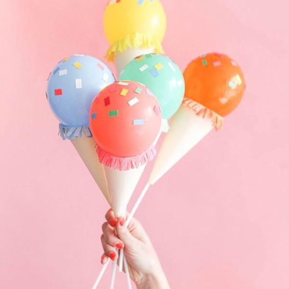 A dica de hoje é sobre customização de balões. Transformá-lo em uma casquinha de sorvete fica super divertido! E é super simples de fazer, você só precisa fixar papéis coloridos no balão com uma fita dupla face.