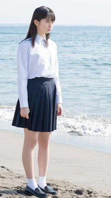 海辺に立っている桜田ひより