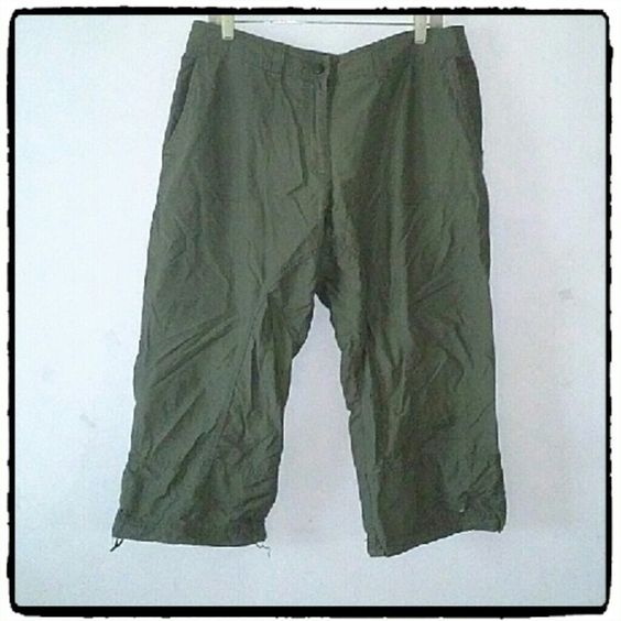 H&M GREEN KHAKI CAPRI PANTS Inseam measures 23 inches. Material is 70% cotton and 30% nylon. Excellent like new condition H&M Pants Capris