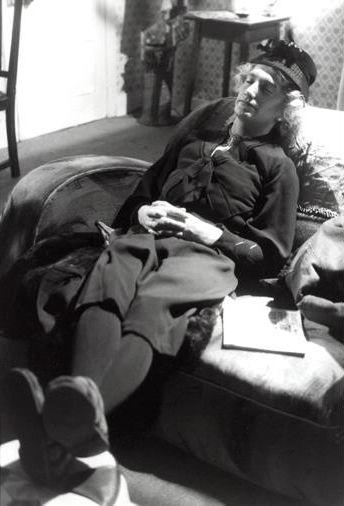 ソファーに座るジョン