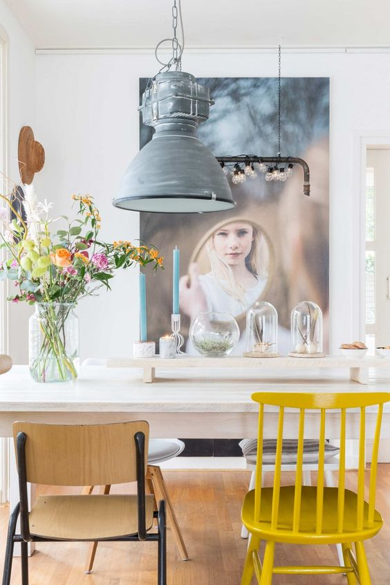 Eethoek met fotobehang en een gele stoel | Dining area with photo wallpaper and yellow chair | vtwonen 08-2017 | Fotografie Hans Mossel | Styling Sabine Burkunk
