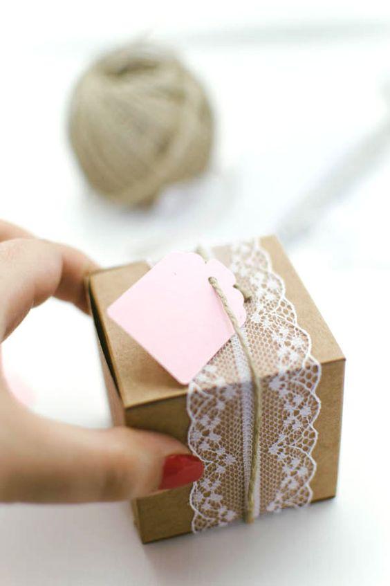 lace + twine favor packaging http://weddingwonderland.it/2015/06/confezioni-bomboniere-selfpackaging.html