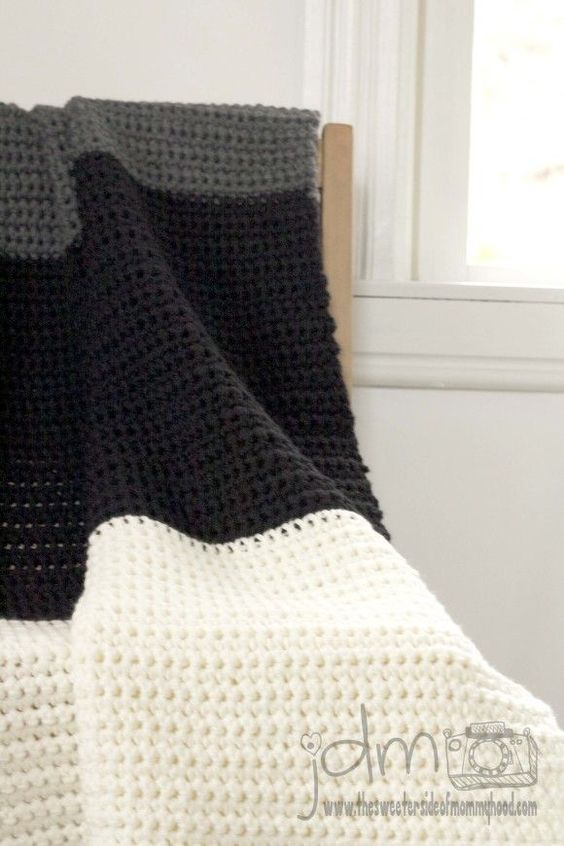 Chunky crochet blanket tutorial. Pattern included. Single crochet, great for beginners.  Joe is jealous of the blanket Im making the baby, this one seems easy enough to make him :):