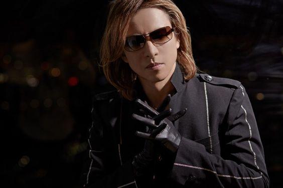黒い手袋をはめた手を組んでいるXJAPAN・YOSHIKIの画像