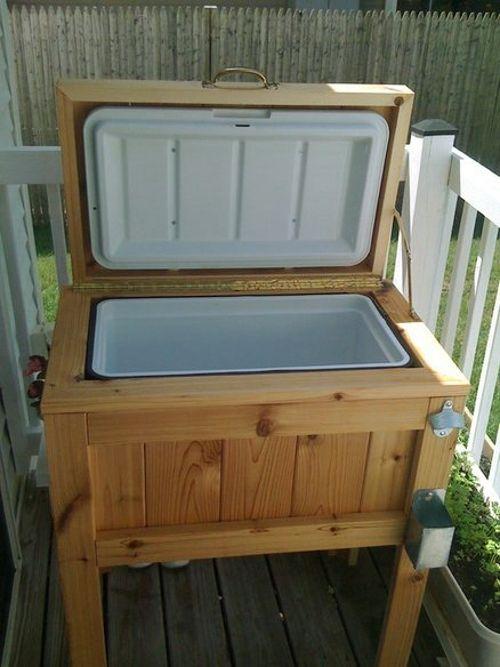 Nevera de picnic empotrada en mueble de madera casero para jardín