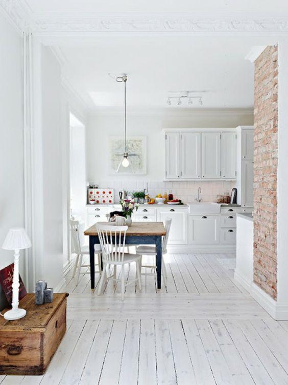 parquet blanc, appartement loft et scandinave, mur briques et sol en bois