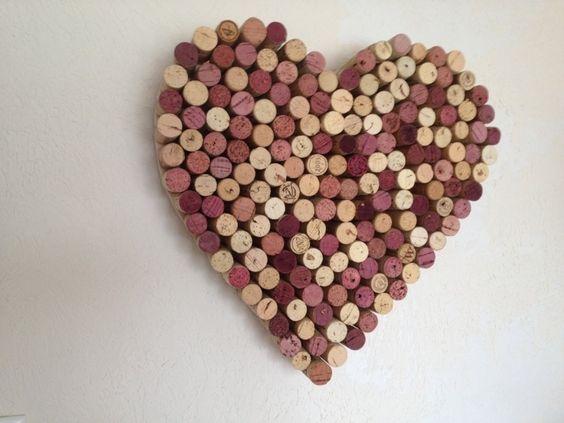 tableau liège original en forme de coeur avec bouchons de bouteille