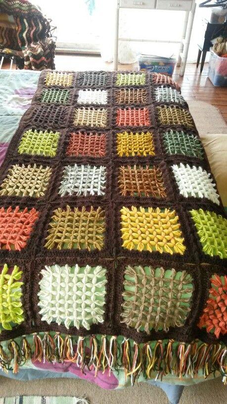 Piesera tejida a telar mariposa,con terminaciones a crochet.