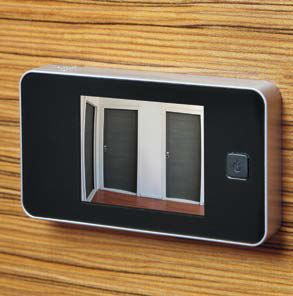 Su tutti i modelli di porte Okey è applicabile lo spioncino elettronico, con funzionamento a batteria, schermo LCD a colori e telecamera esterna con visualizzazione grandangolare e zoom.
