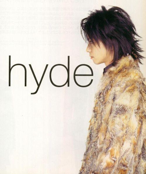 ふわふわのコートを着ているウルフヘアーのL'Arc〜en〜Ciel・hydeの画像