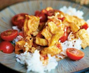 Tofu in Tomaten-Kokos-Soße Rezept: Tofu,Öl,Schalotten,Kokosmilch,Kirschtomaten,Zucker,Kirschtomaten,Chilischote,Erdnüsse,Koriander
