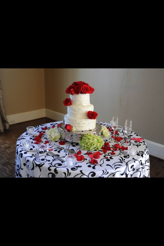 Our cake table. With the cake I made =)