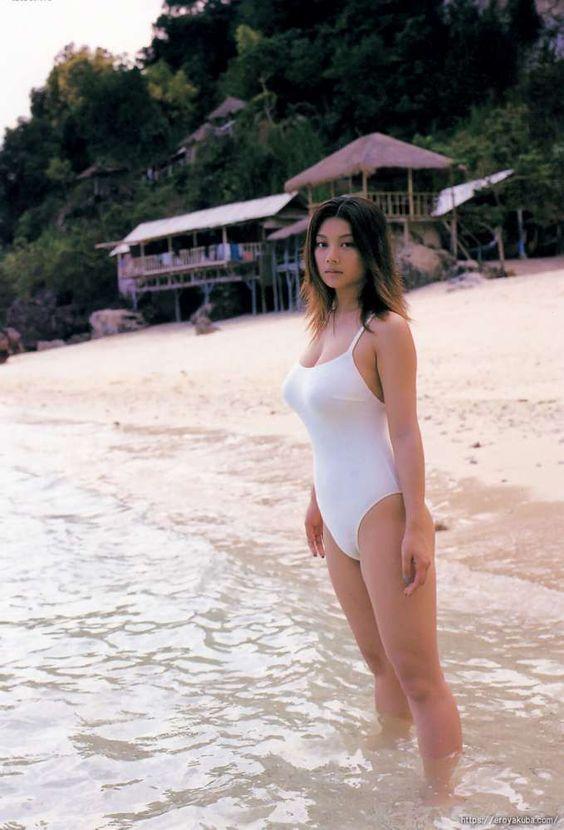 白水着の小池栄子