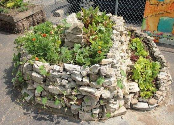 Espiral de ervas, torres e pirâmides de cultivo