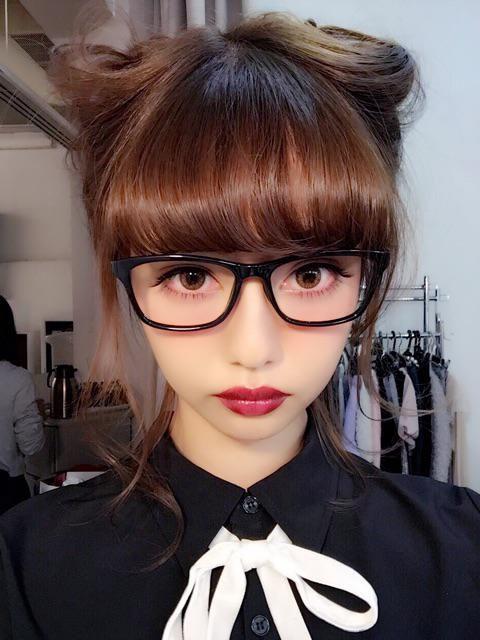 メガネをかけた中村里砂