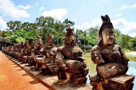 Những bức tượng ở khu vực đường vào đền