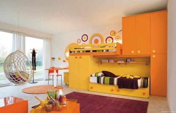 Enfants Shawn lit tapis rouge accents jaunes suspendus chaise murs blancs