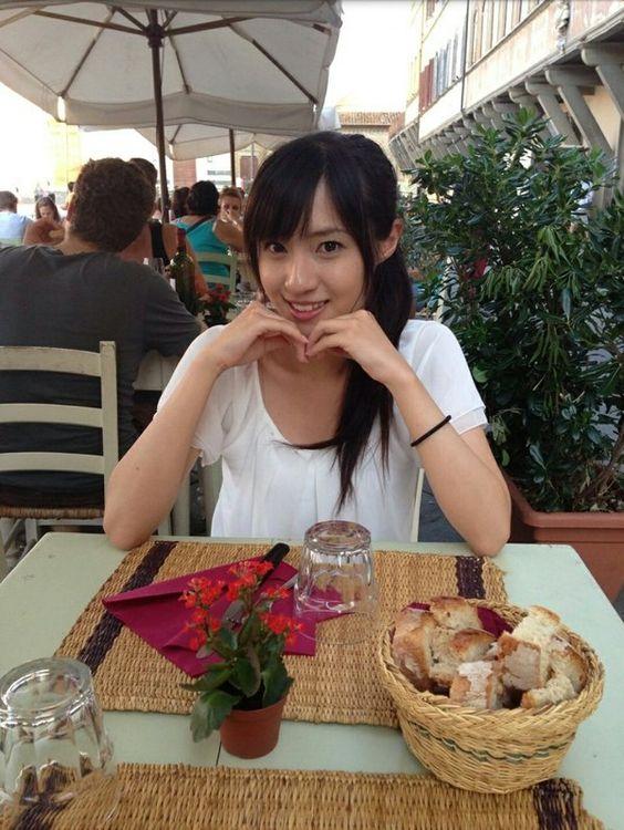食事中の伊東楓アナ