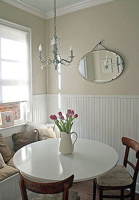 Lovely calm breakfast corner / dining room. Love the chandelier (coloured a light blue)