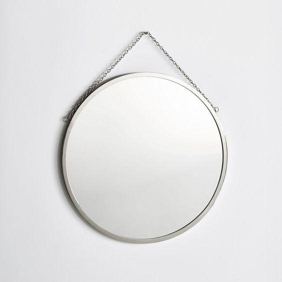 Le miroir rond à l'ancienne, esprit barbier.Caractéristiques :- Cadre en laiton nickelé.- Chainette de suspension en métal finition nickel.Dimensions :- Diamètre 60 cm.