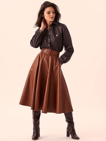 Объёмная длинная юбка из тонкой чёрной экокожи. На талии широкий пояс с пряжкой, сзади застёжка-молния. Мягкий глянцевый материал падает красивыми складками, крой расширяется книзу. Абсолютный хит хроник стритстайла: носи с сапогами и джемпером на прогулке, на свидании сочетай с блузкой и лодочками.