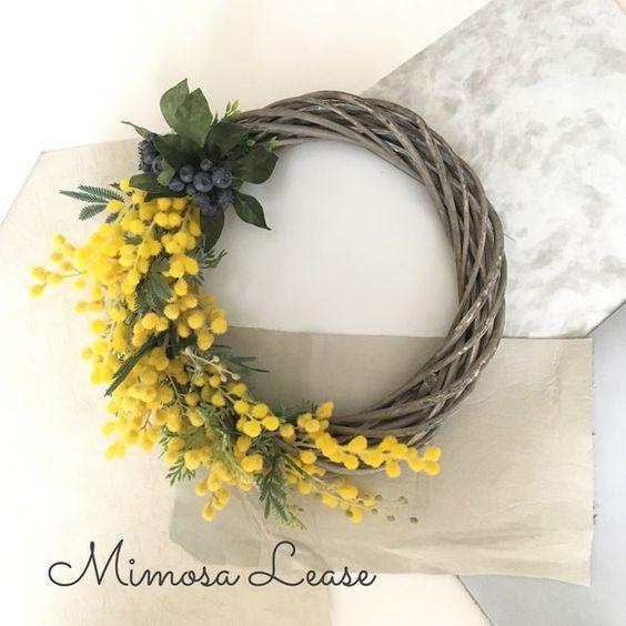 大きめの枝リースに揺れるミモザと、クランベリーの実を添えてミモザリースをお作りしました。最近は生花、ドライ、造花ともに人気となり、ミモザ好きの方が急上昇。こちらはアーティフィシャルフラワー(上質な造花)でお作りしておりますので、長持ちし、お手入れも簡単です。ミモザのお花について。。。3月8日はミモザの日。この日は国連が決めた「国際女性デー」でもあります。イタリアでは、この日を女性の日とし、男性が日頃の感謝を込めて、母親や奥様、会社の同僚などにミモザを送るのだそう。愛と幸福を呼ぶと言われるミモザを贈られた女性たちはそのミモザを誇らしげに飾るそうです。ちなみに、クランベリーの花言葉には、「天真爛漫」「心を癒す」というのがあります。天真爛漫で、いつも癒してくれる女性が近くにいらっしゃいませんか?その方へのプレゼントに、ピッタリですね。大切な方へのプレゼントに、ご自身へのご褒美に、お部屋のインテリアに、是非ご使用下さいませ。---サイズ---土台:直径25cmリース※制作及び梱包は注意深く行っておりますが、万一破損等ございましたらお手数ですが、ご連絡下さいませ。※商品の色味については出来...