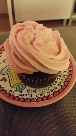 Chocolade kokos cupcake met frambozencreme
