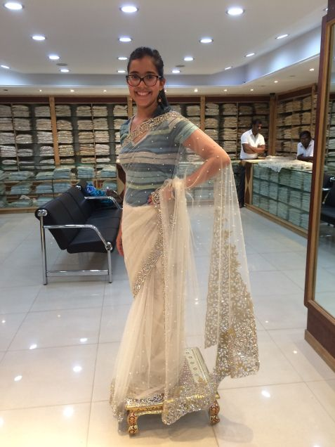 """Probando #Saris en #SriLanka. Conoce su historia en nuestro artículo: """"Últimos días en #SriLanka y la isla #Trapobane"""". #Viajes #Travel #Asias"""