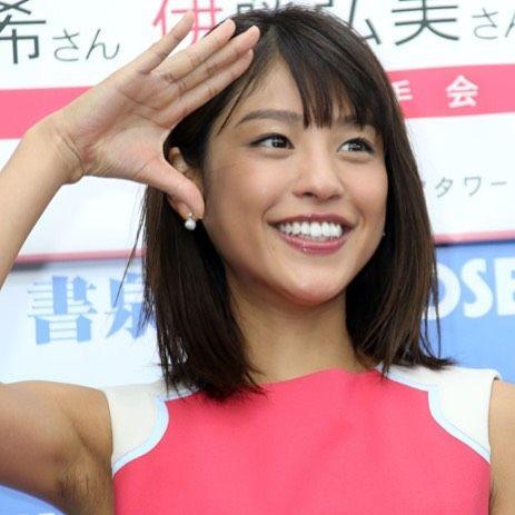 カメラにポーズで応える岡副麻希の美人でかわいい画像