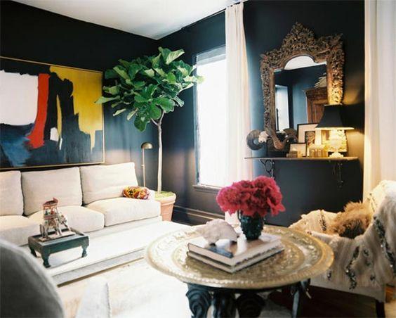 """El negro es elegancia pura A mí es decirme """"casa decorada en negro"""" y venírseme a la cabeza dos mujeres: por un lado la diseñadora e interiorista Abigail Ahern, cuya casa londinense te enseñaba hace tiempo en el blog y Kim, una de las dos fundadoras del excelente blog de decoración Desire to Inspire y …"""