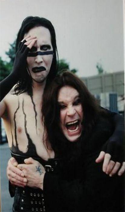 抱き着かれているMarilyn Manson