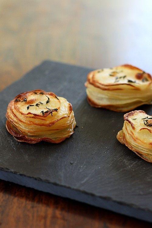 Mini gratin de patate - Rondelles de PdT empilées, salées-poivrées, dans des moules à muffins avec une cuillère de crème fraiche (environ 30/35 min au four):
