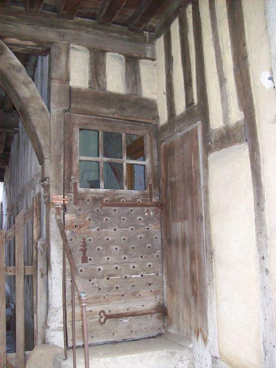 Door in Noyers sur Serein, Bourgogne, photo catcatF21