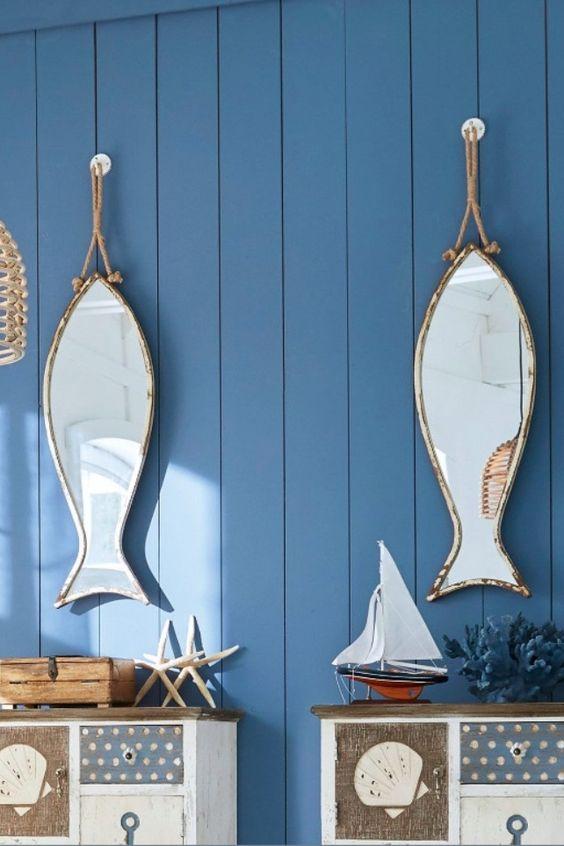 Wie ein Souvenir aus einem verträumten Fischerort mutet dieser zauberhafte Blickfang an. Das Design in Form eines Fischleins verbreitet fröhliches Küsten-Flair. Ein besonderer Hauch Nostalgie schwingt jedoch mit. Für die verträumte Note sorgt das schöne Finish im Shabby-Chic-Stil. Diese gewollten Abnutzungsspuren geben dem schönen Teil einen einzigartigen Charme. Man könnte annehmen, die salzige Seeluft und viele Sonnenstunden hätten die Farbe abblättern lassen. Eine... *Pin enthält Werbelinks