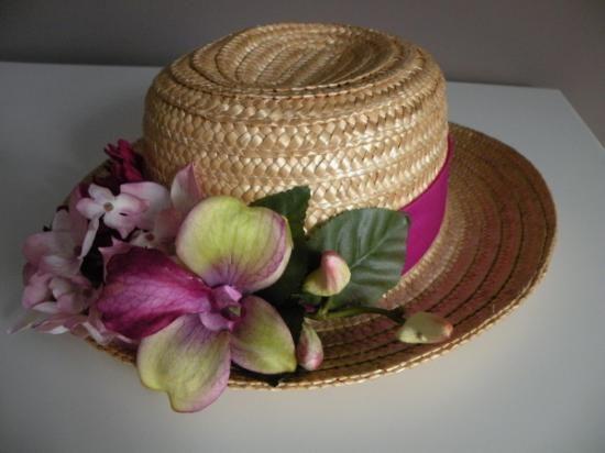 Sombrero de paja con flores los rojos no llevan sombrero - Decoracion de sombreros ...