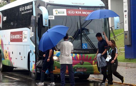 Japão deixa o Recife sob calmaria Delegação embarca de volta para Campinas, em São Paulo, onde dará sequência aos treinos durante a Copa do Mundo. Próximo rival será a Grécia, na quinta-feira. Sob chuva, mas com tranquilidade, Japão deixa o hotel rumo ao aeroporto (Foto: Daniel Gomes)