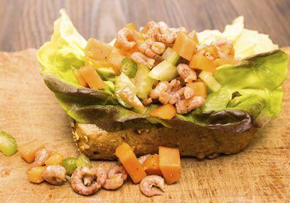 Deze garnalensalade met papaja, avocado en appel is verfrissend en erg zomers. Waarom niet in het zonnetje dineren en genieten van deze mooie en supermakkelijk te maken salade?