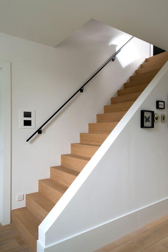 STRAKKE HOUTEN TRAP | OSCAR V | VIA @THEARTOFLIVINGONLINE #trap #stairs #hout #wood #strak #modern #villa #interieur #interiordesign #interiorinspo #forthehome #homedecor #house #huisdecoratie #oscarv