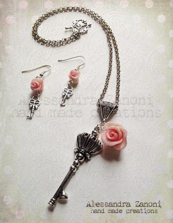 Collana e orecchini con roselline in pasta ceramica e charms argentati a forma di chiave antica