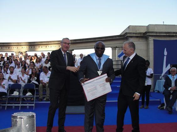 Menachem Ben Sassom, presidente da UHJ entrega a outorga a Joaquim Barbosa