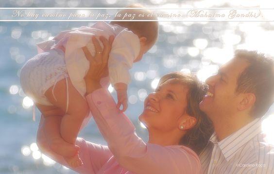 Fotografia Carolina Roca. Padres felices Cogiendo a su hijo recien nacido
